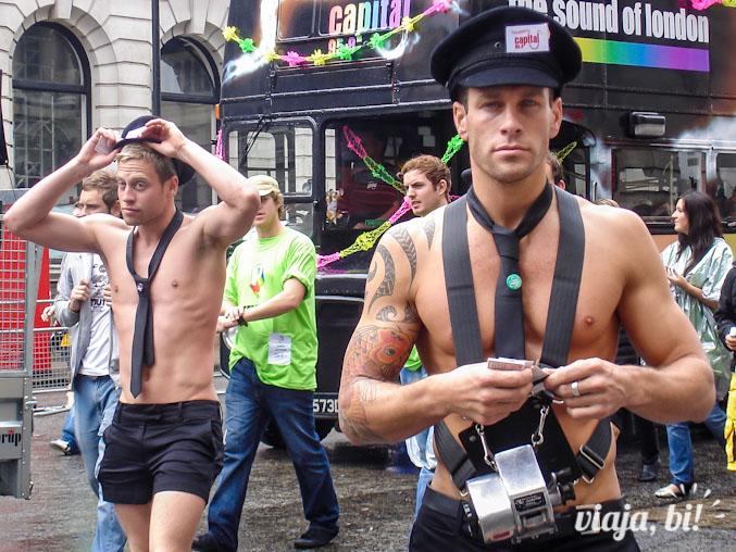 Algumas beldades na Parada Gay em Londres