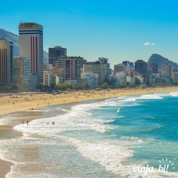 Vista da Praia do Leblon, onde o prédio do Hotel Marina se destaca