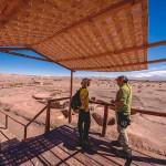 Atacama Gay: Rafa no Tour Arqueológico recebendo as explicações sobre a Aldeia de Tulor, no Deserto do Atacama - Foto: Juan Maureira