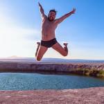 Atacama Gay: Rafa pulando nos Ojos del Salar, no Deserto do Atacama, no Chile - Foto: Juan Maureira