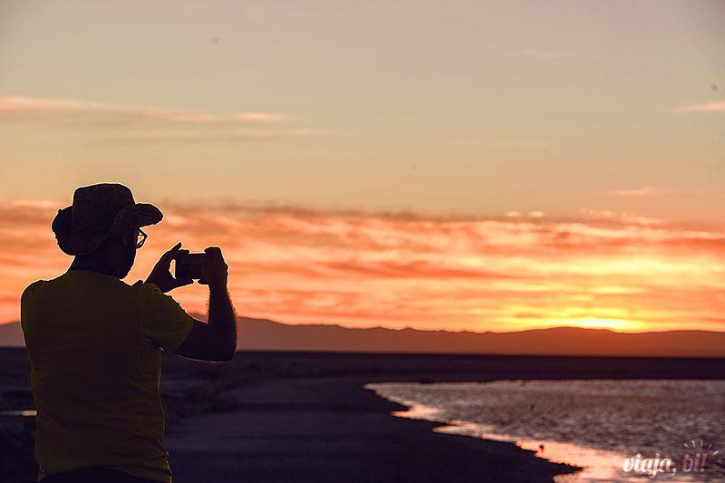 Atacama Gay: Rafa registrando o Pôr do Sol do Salar de Atacama, no Chile - Foto: Juan Maureira