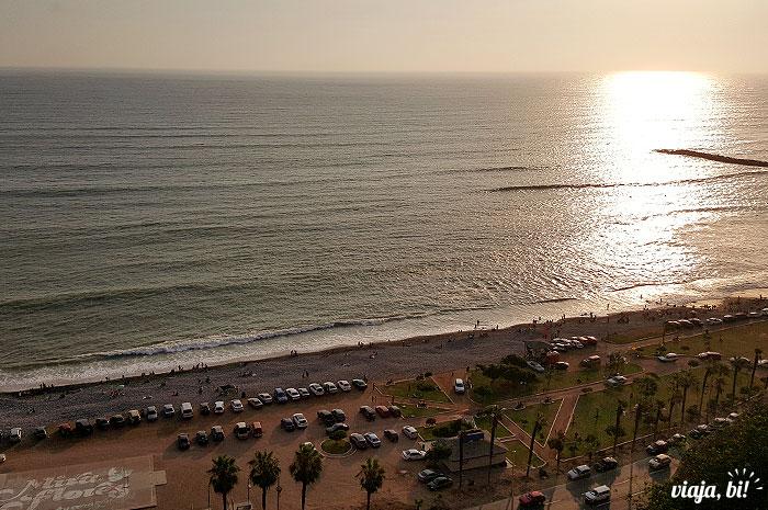 Pôr-do-sol visto do Larcomar Mall, em Lima, no Peru