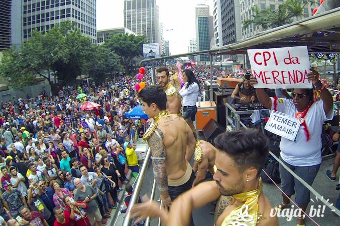 No carro da APEOESP - Sindicato dos Professores de SP, os gogo boys dividiram espaço com os protestos