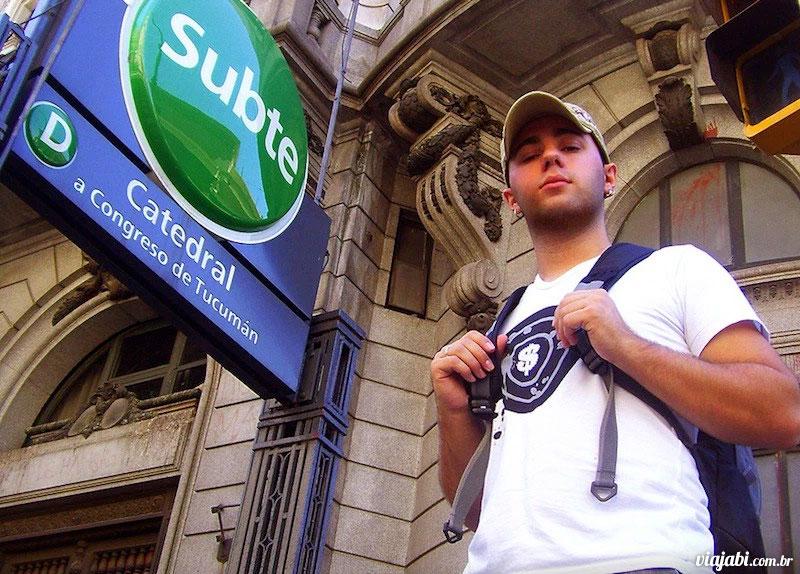 Em frente a uma das estações de metrô de Buenos Aires em 2008