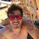 Antonio curtindo uma praia na Grécia