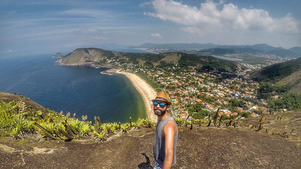 Selfie no topo do Costão do Itacoatiara, em Niterói (RJ)