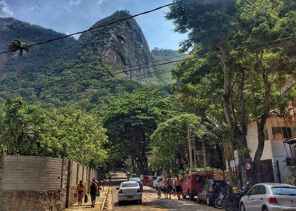 A rua antes da entrada para o Costão do Itacoatiara, em Niterói (RJ)