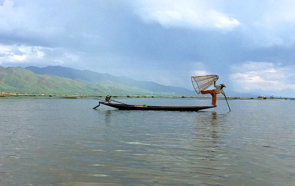 Pescadores bailarinos em Inle Lake, Myanmar