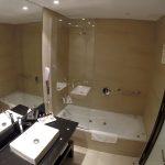 Banheiro do meu quarto no Puerto Norte Design Hotel, com banheira :)