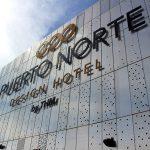 Detalhe do logo do Puerto Norte Design Hotel no solário