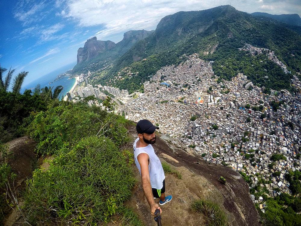 Vista da Favela da Rocinha durante a trilha no Morro Dois Irmãos, Rio de Janeiro - Foto: Jeff Slaid