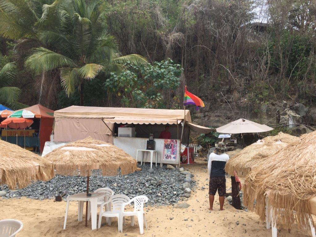 Quiosque com bandeira gay em Fernando de Noronha - Foto: Antonio e André