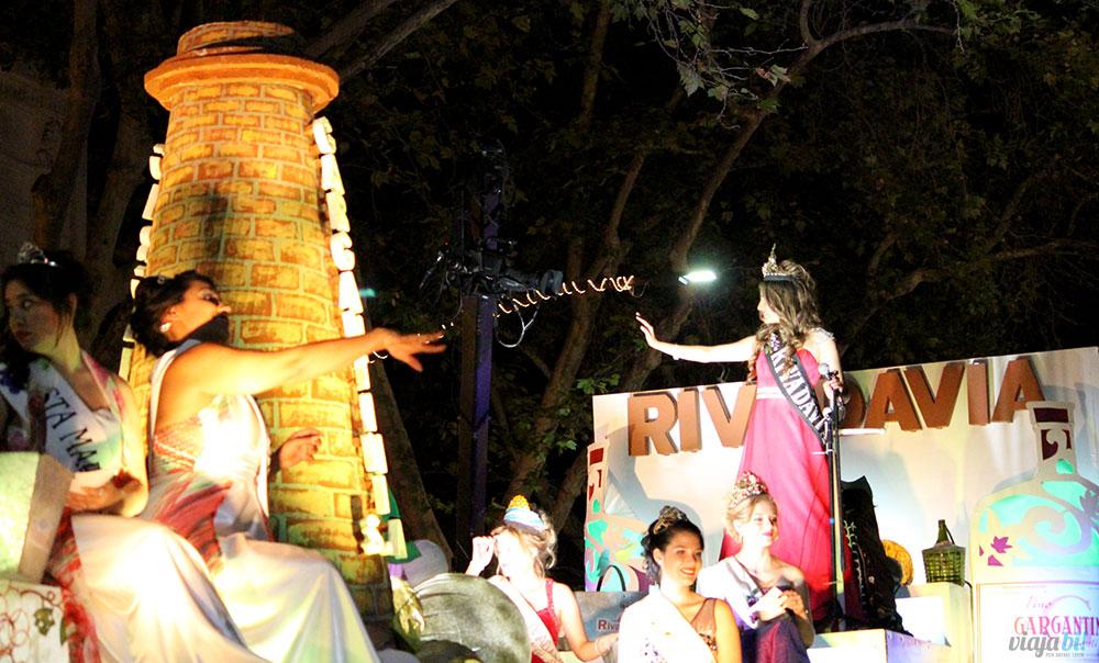 Ne Festa da Vendimia 2017, em Mendoza: ela está atirando frutas pro público ou um feitiço na Rainha? :O