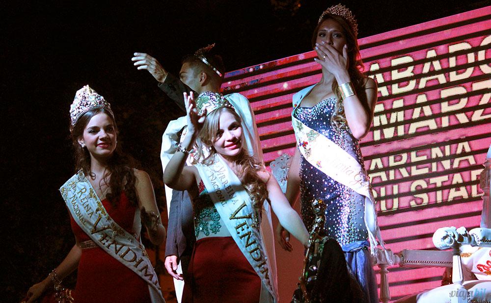 O Rei e a Rainha da Vendimia Gay desfilam na Via Blanca de las Reinas, em Mendoza