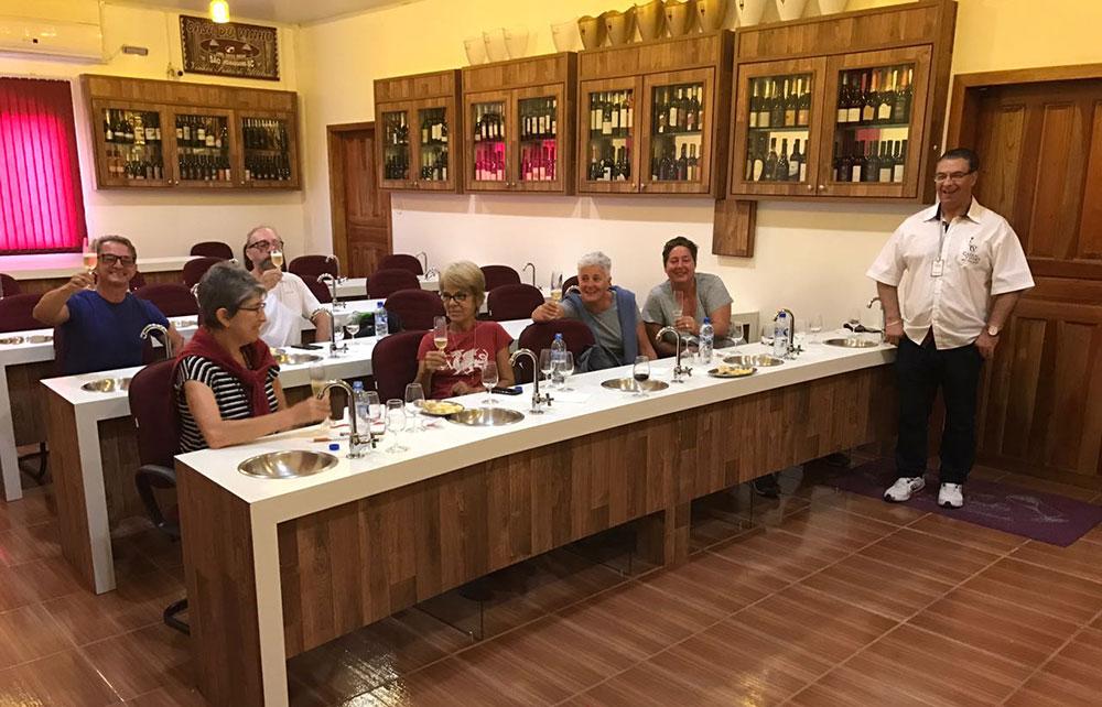 Degustando vinhos de Santa Catarina, no Sul do Brasil - Foto: Mário Bonetti