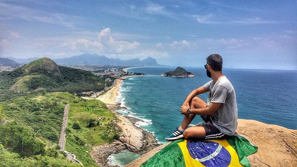 A vista do Mirante do Caeté, no Rio de Janeiro, faz o mar ser mais incrível (e convidativo) - Foto: Jeff Slaid