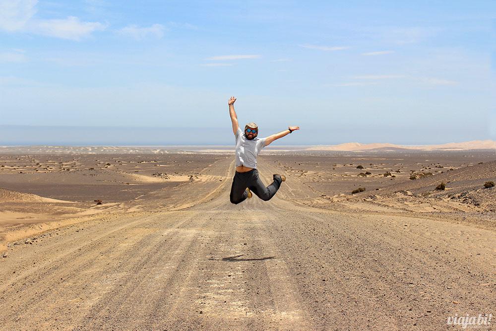 Pulando na estrada até Skeleton Coast, onde as dunas encontram com o oceano, na Namíbia