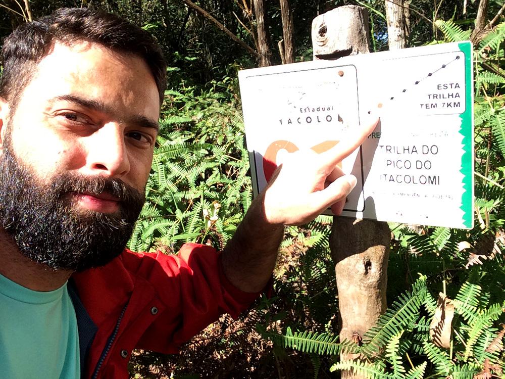 Placa indica o caminho certo e a distância percorrida até o Pico do Itacolomi