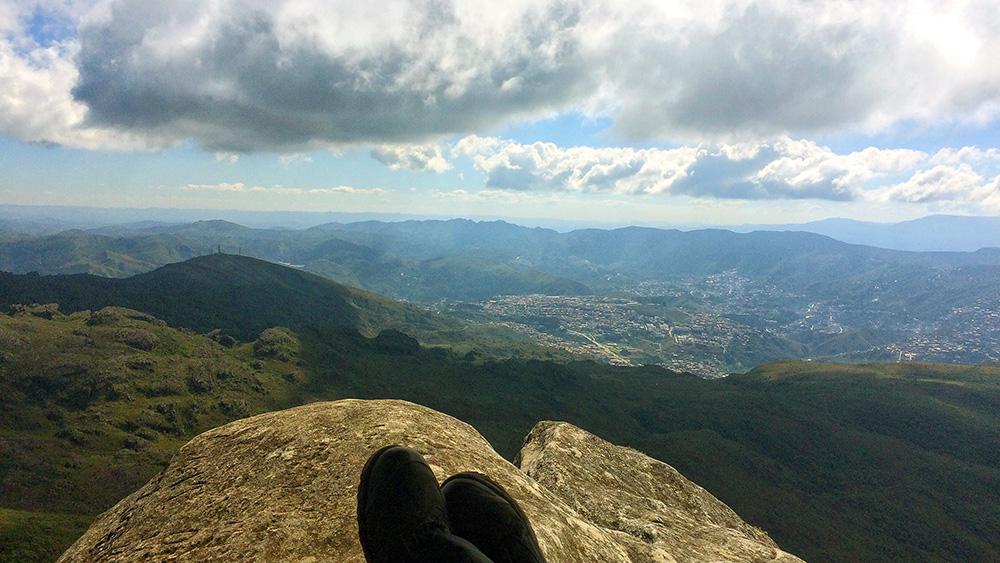 De boas, apreciando a vista do Pico do Itacolomi