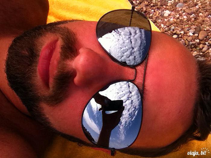 Tomando um sol na praia nudista St. Laurent D'Eze, na França, que deu a ideia do blog