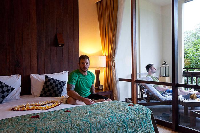 Hotel Room Portraits: Coração de pétalas de rosas na cama, na Indonésia, em 2011