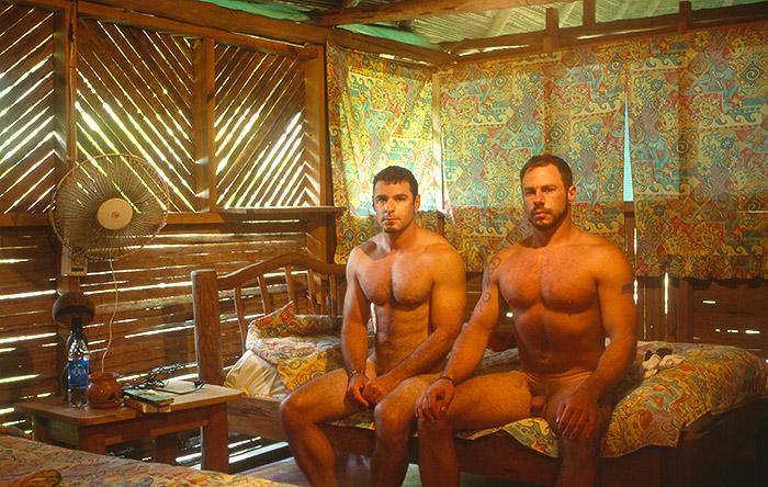 Hotel Room Portraits: Em 2003, nem um ventilador dá conta dessa cama de solteiro na Guatemala
