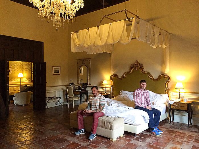 Hotel Room Portraits: Esse ano, eles também conheceram Granada, na Espanha, com muito luxo