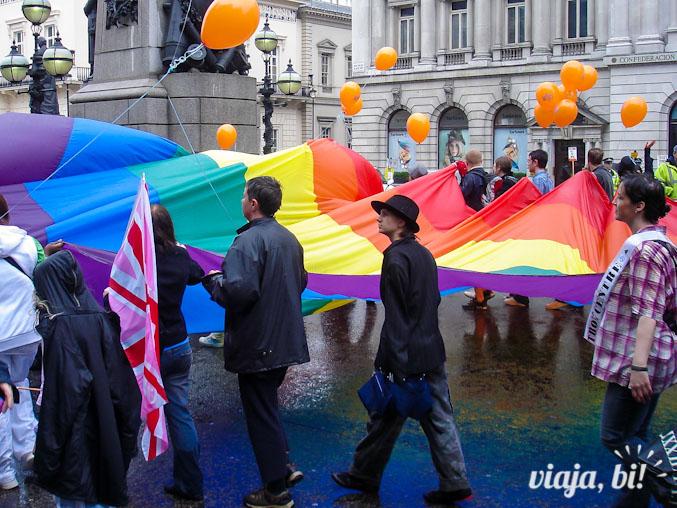 Pessoal carrega a bandeira gay em Londres, em 2007