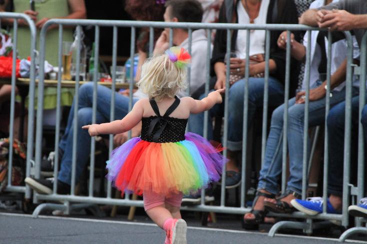 Menina se diverte na Parada Gay de Auckland - Foto: Oscar Augusto Risch / Viajoteca