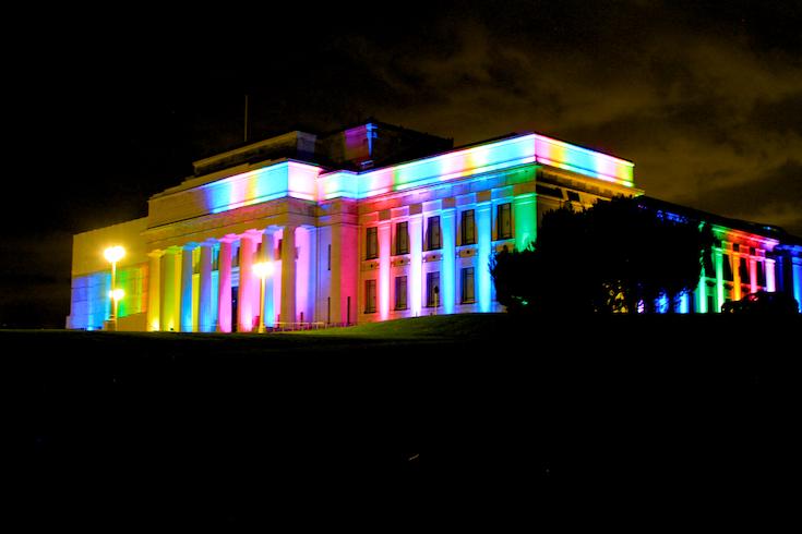 Auckland Museum iluminado com as cores do arco-íris - Foto: Oscar Augusto Risch / Viajoteca