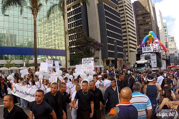 Mães Pela Diversidade marcham à frente do carro de abertura da 19ª Parada do Orgulho LGBT de São Paulo, em 2015