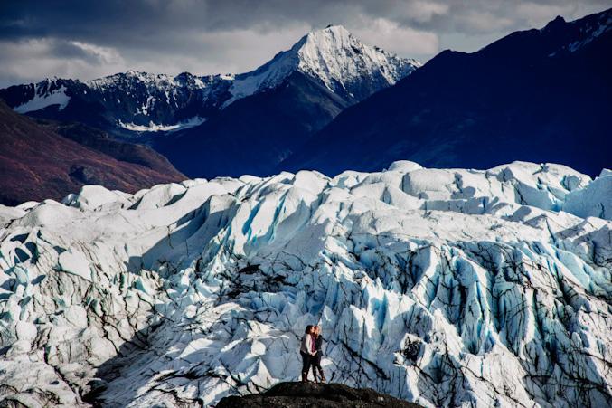 Os fotógrafos da Chrisman viajaram para o Alaska para cobrir o casamento de Sarah e Angelique. Olha só os cenários.