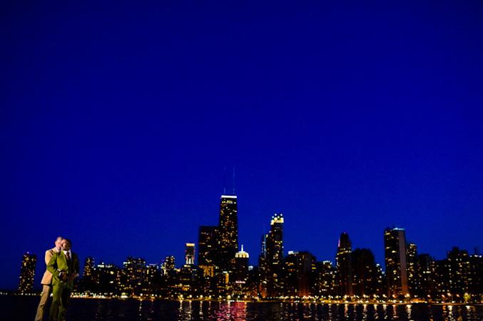 Uma vez que o noivo Kevin também é fotógrafo de casamento, ele ajudou os fotógrafos na escolha de locações em Chicago