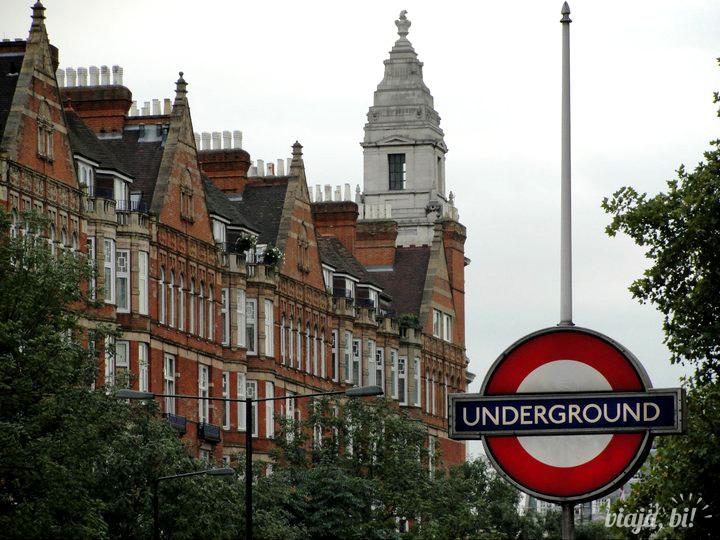 Saída da estação de metrô Baker Street, em Londres, próximo ao museu Sherlock Holmes
