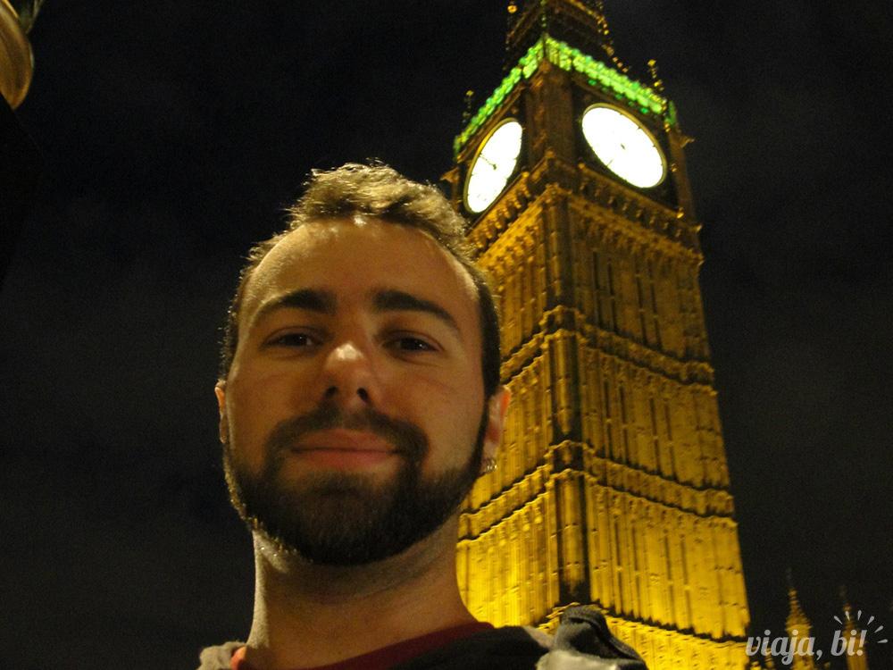 Eu turistando em Londres, em frente ao Big Ben num dos meus retornos à capital britânica