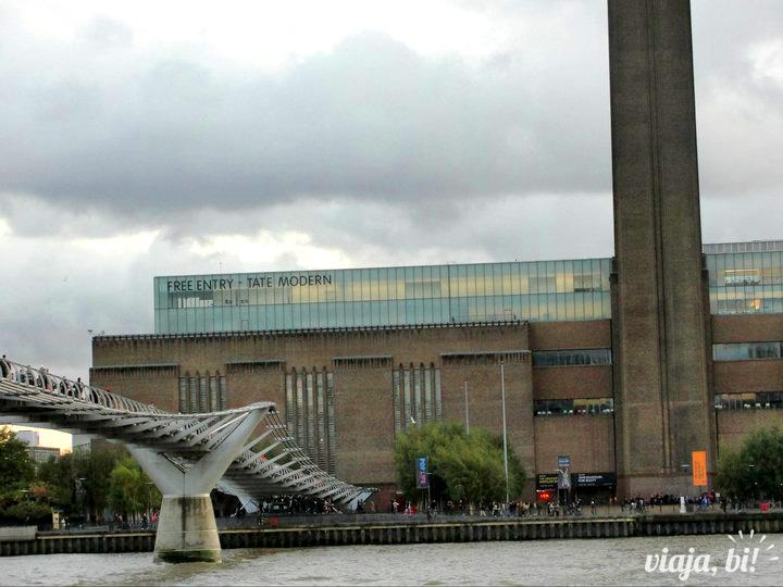 Millenium Bridge que liga a St. Paul's Cathedral ao museu Tate Modern, que tem entrada gratuita, em Londres