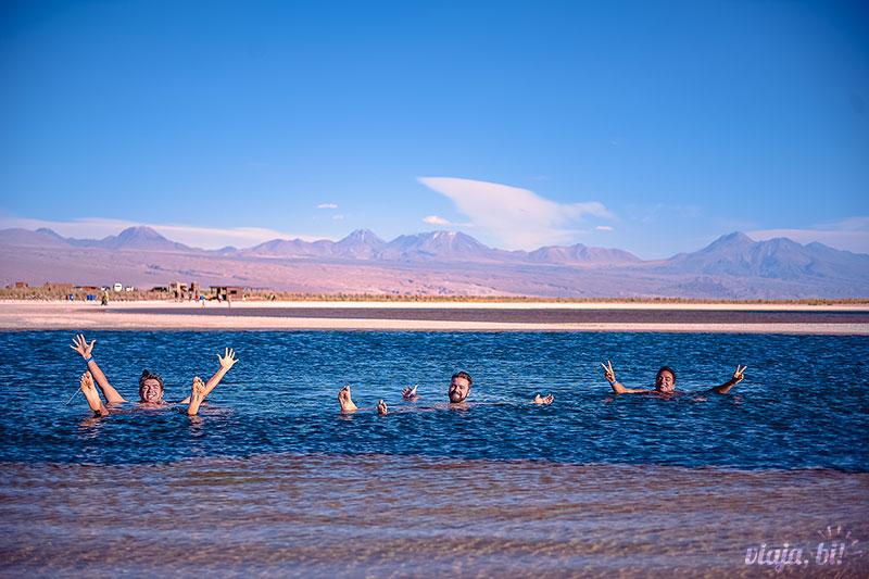 Atacama Gay: Rafa divando na Laguna Cejar, tão salgada que não afunda, no Deserto do Atacama, Chile - Foto: Juan Maureira
