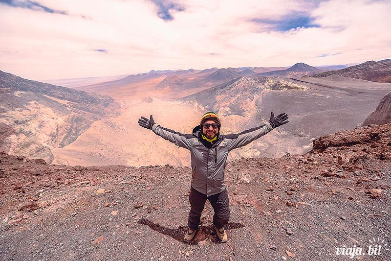 Atacama Gay: Rafa é uma #BiAventureira, subiu um vulcão de quase 5600m de altitude no Atacama - Foto: Juan Maureira