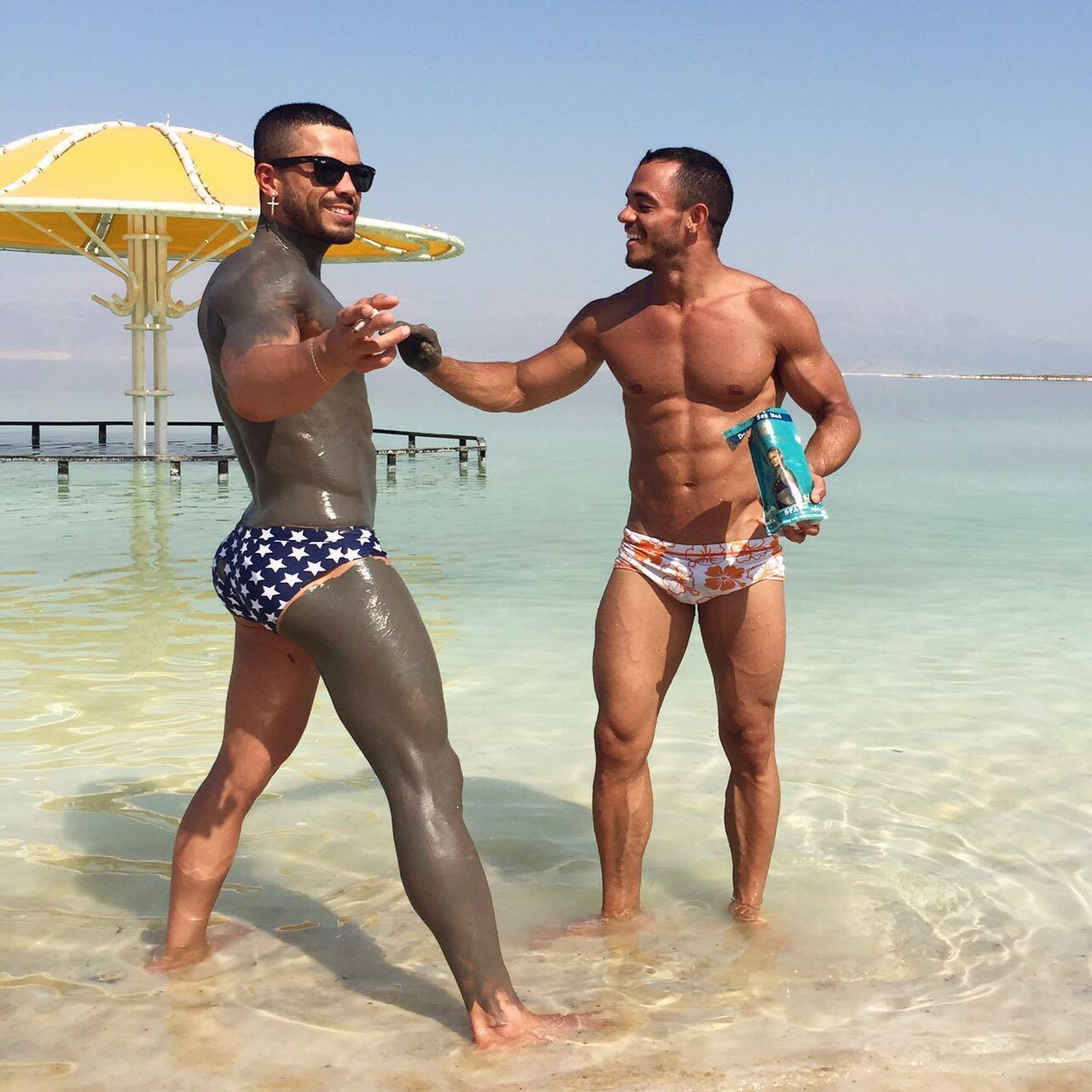 Vou me bezuntar de lama no Mar Morto e... que bunda é essa, meu senhor? (Foto: Divulgação / OUTstanding Travel)