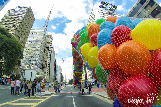 Aquecimento da Parada, bexigas coloridas sendo preparadas