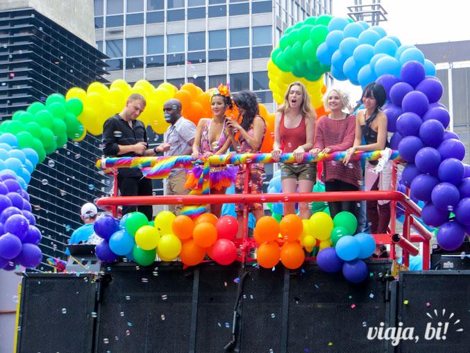 Elenco da série Sense8 animado durante a Parada