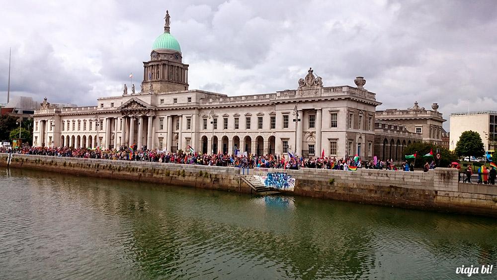 A Parada Gay de Dublin continuou margeando o rio - Foto: Paulinho Basile