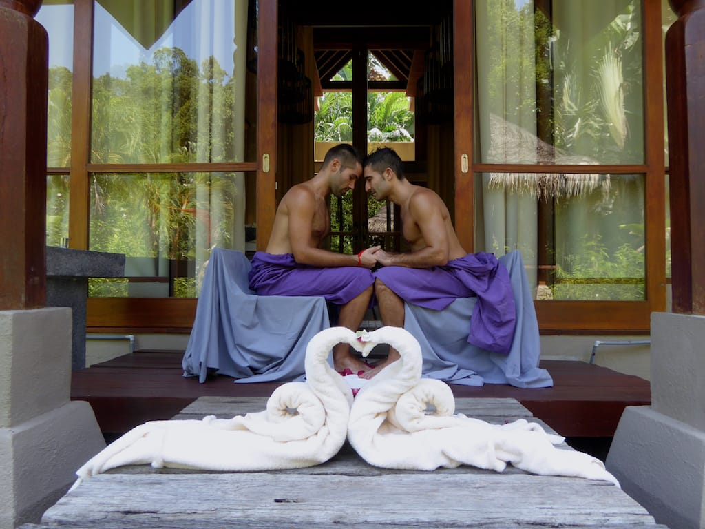 Nomadic Boys em um ritual romântico em Langkawi, na Malásia - 4 motivos pra casais gays viajarem pra Ásia