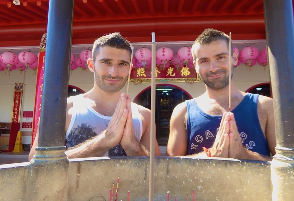 Nomadic Boys em Sandakan, Borneo, na Malásia - 4 motivos pra casais gays viajarem pra Ásia