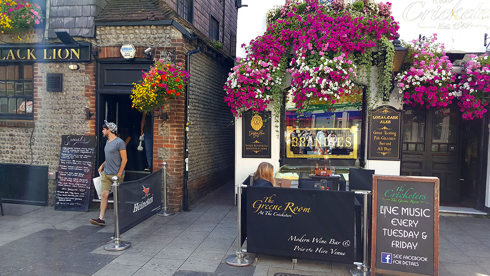 O tour gay Piers & Queers passa pelos pubs floridos de Brighton