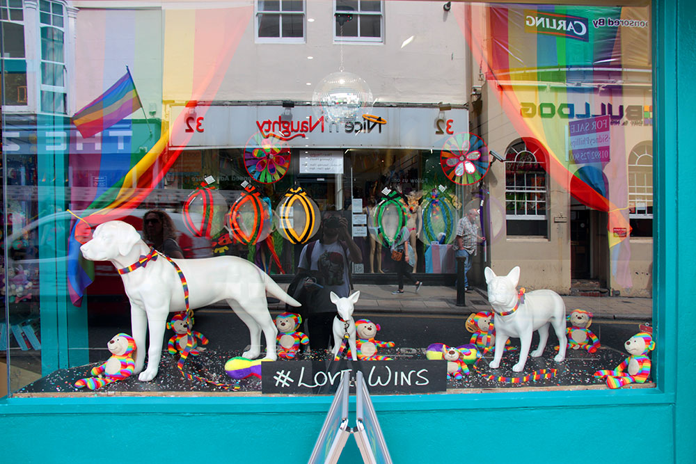 O tour gay Piers & Queers passa pelas lojas todas coloridas para a Brighton Pride