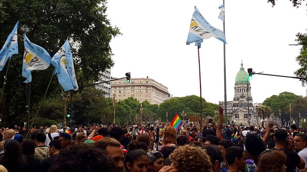 Bandeira da Argentina, bandeira LGBT e Congresso ao fundo