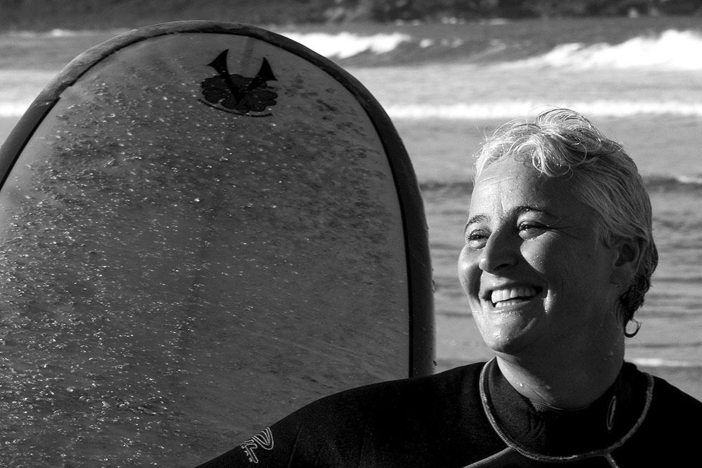 Marta Dalla Chiesa sorridente depois de surfar no 1º dia do Gay Surf Brazil, na Rosa Sul - Foto: Divulgação/Thay Andrade