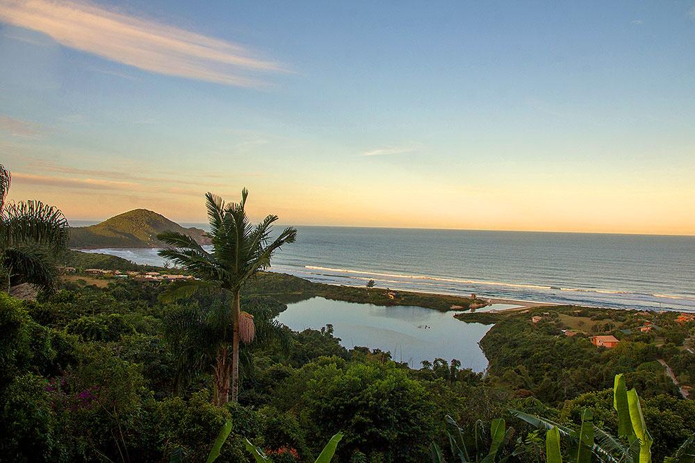 Baía da Praia do Rosa (SC), umas das 30 mais lindas baías do mundo - Foto: Divulgação/Thay Andrade