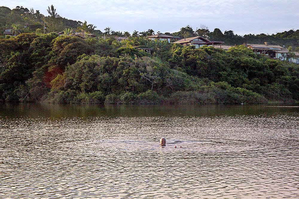 Banho de final de dia na Lagoa do Meio, na Praia do Rosa (SC) - Foto: Divulgação/Thay Andrade